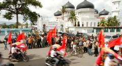 Kontestan Pemilu berkonvoi usai deklarasi Kampanye Damai di Masjid Raya Baiturrahman. Partai politik dan para calon legislatif berikrar akan menjaga perdamaian Aceh. (Chaideer Mahyuddin/AK Photo)